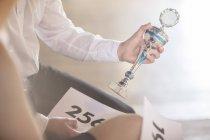 Partenaires de danse, remportant le trophée d'exploitation en cours de danse — Photo de stock