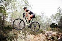 Mountainbiker, die Luft auf Wiese springen — Stockfoto