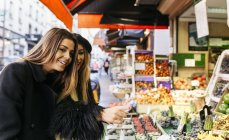France, Paris, two young women at a street market in Montmartre — Stock Photo