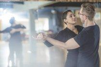 Fröhliche Tanzpaar Tanzkurs — Stockfoto