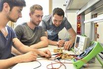 Technischer Lehrer unterrichtet Schüler in der Schule — Stockfoto