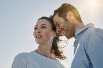 Портрет улыбаясь средний взрослый пара на открытом воздухе — стоковое фото