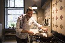 Retrato de hombre sonriente, cocinar en casa - foto de stock