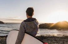 Mulher com prancha de surf no Finistere da Bretanha, Península Crozon, França — Fotografia de Stock