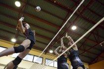 Волейбол гравець піки м'яч під час матчу волейбол — стокове фото