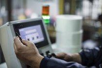 Nahaufnahme des Arbeiters, die Maschine im Werk in Betrieb — Stockfoto