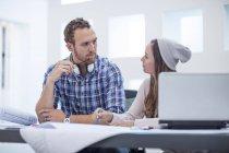 Два офисных работника обсуждают проект вместе в офисе — стоковое фото