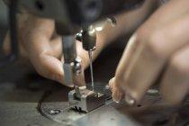 Seamstress trabalhando na máquina de costura, close-up — Fotografia de Stock
