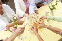 Група людей похилого віку, святкування, п'є шампанське — стокове фото
