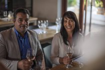 Portrait of smiling man and woman with wine glasses — Stockfoto