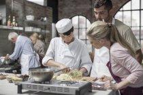 Шеф-повар демонстрирует свои навыки в кулинарии — стоковое фото
