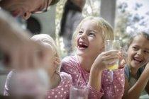 Kaukasische niedlichen Mädchen trinken Saft in der Küche — Stockfoto
