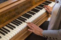 Mãos de mulher tocando piano, close-up — Fotografia de Stock