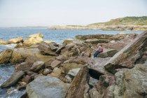 Дідусь і онук, Риболовля разом на скелі в море — стокове фото