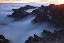 Испания, Канарские острова, Ла Пальма, посмотреть через Кальдера де Taburiente от Роке де Лос Muchachos на рассвете — стоковое фото