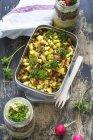Pranzo scatola di lenticchia mela insalata — Foto stock