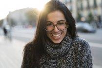 Retrato de jovem feliz com óculos de pé ao ar livre — Fotografia de Stock