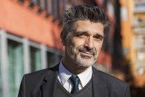 Retrato de empresário confiante em pé ao ar livre — Fotografia de Stock