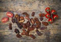 Tomates séchées et fraîches — Photo de stock