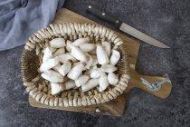 Tromba re funghi in cestino sul tagliere — Foto stock