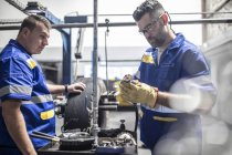 Два ремонтника шин с машиной для резки протектора — стоковое фото