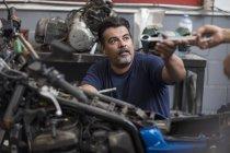 Инструмент механического захвата в мотоциклетной мастерской — стоковое фото