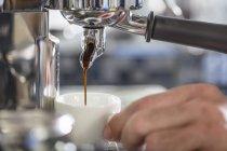 Barista usando a máquina de café expresso — Fotografia de Stock