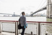 Woman standing at East River — Stock Photo