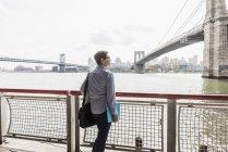 Женщина, стоящая на Ист-Ривер — стоковое фото