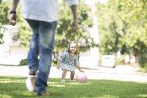 Отец и дочь играют в мяч в парке — стоковое фото