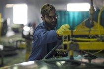 Selbstbewusster Mann bedient Maschinen in Fabrik — Stockfoto