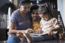 Glückliche Familie Zusammensitzen mit digital-Tablette — Stockfoto