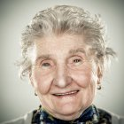 Retrato de mujer senior sonriente mirando a cámara - foto de stock