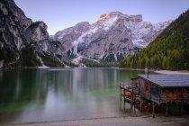 Италия, Южный Тироль, Прагсер и озеро на переднем плане — стоковое фото