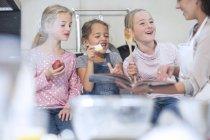 Девочки готовят вместе с мамой на кухне — стоковое фото