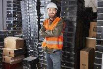 Retrato do trabalhador em pé na fábrica de reciclagem de computadores — Fotografia de Stock