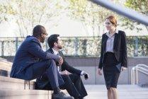 Negócios reunião em escadas ao ar livre — Fotografia de Stock