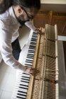 Afinador de piano afinación piano de cola, vista aérea - foto de stock