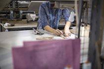 Modedesignerin bereitet Stoff in Fabrik vor — Stockfoto
