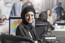 Женщина в хиджабе на рабочем месте в городской офисной среде — стоковое фото
