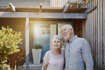 Nachdenklich älteres paar stand vor Haus — Stockfoto