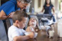 Щасливу родину, насолоджуватися сніданком в таблиці — стокове фото