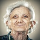 Retrato de mujer senior tranquila mirando a un lado - foto de stock