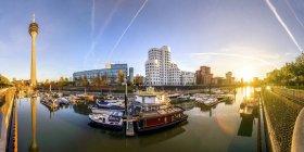 Deutschland, Düsseldorf, Medienhafen bei Sonnenuntergang mit moderner Architektur im Hintergrund — Stockfoto
