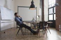 Empresário pensativo, sentado no escritório moderno — Fotografia de Stock