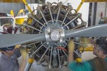 Механіка в ангар, ремонт легкий літак — стокове фото