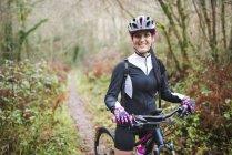Горный велосипедист стоит на тропе — стоковое фото
