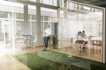 Pessoas de negócios juntas no escritório moderno — Fotografia de Stock