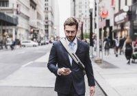 Uomo d'affari che utilizza il cellulare — Foto stock