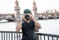 Германия, Берлин, человек, стоящий перед Oberbaum съемке от просмотра — стоковое фото